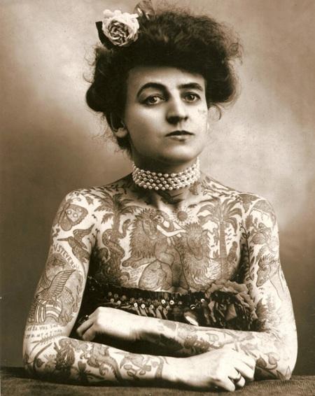 Maud Wagner được biết tới là nữ nghệ nhân xăm mình đầu tiên của nước Mỹ. (Ảnh chụp năm 1907)