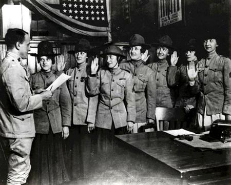 Những phụ nữ đầu tiên đọc lời tuyên thệ với Thủy quân lục chiến Mỹ. (Ảnh chụp tháng Tám, 1918)