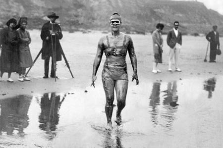 Gertrude Ederle trở thành người phụ nữ đầu tiên bơi qua eo biển Anh. (Ảnh chụp năm 1926)