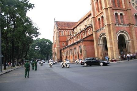 Đoàn xe chở Tổng thống đến khu vực Nhà thờ Đức Bà.