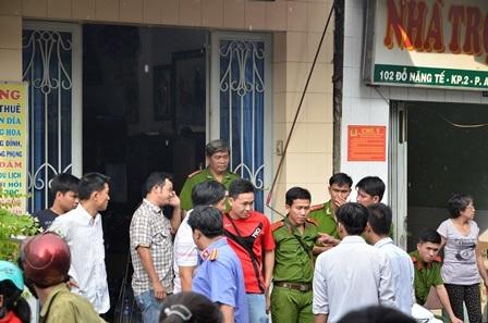 Công an và VKSND quận Bình Tân có mặt để khám nghiệm hiện trường vụ nghi án giết người.