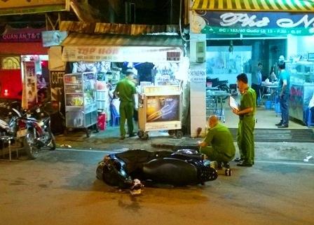 Công an có mặt để khám nghiệm hiện trường, bên cạnh là chiếc xe máy của nạn nhân