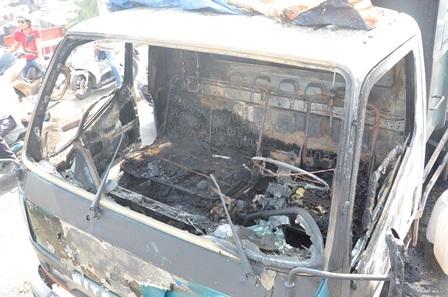 Chiếc xe tải bị cháy rụi cabin.