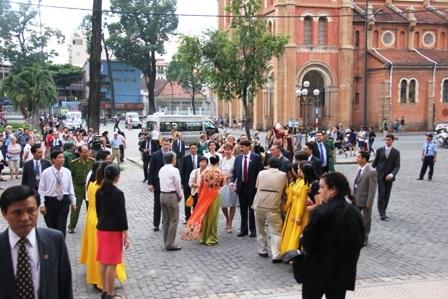 Tổng thống Ader Janos và phu nhân (đứng cạnh) trò chuyện với du khách, người dân thành phố.