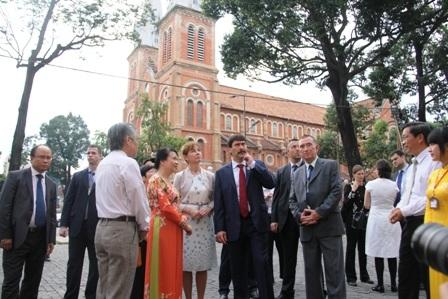 Tổng thống Ader Janos và phu nhân ngắm nhìn những công trình văn hóa, kiến trức ở Sài Gòn.