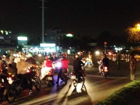 Lực lượng chức năng không cho xe đi vào đường Nguyễn Văn Linh