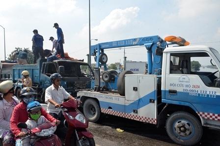 Đến 11h, xe cứu hộ đã có mặt kéo xe tải đi.