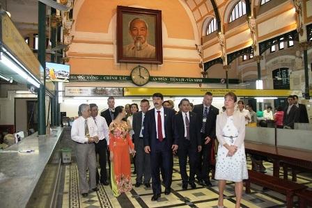 Tổng thống Hungary và đoàn dạo thăm Bưu điện Thành phố.