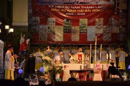 Cha chủ trì buổi lễ tại giáo xứ Nam Hải (quận 8, TPHCM)