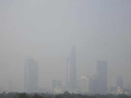 Các tòa nhà cao tầng chìm trong màn sương