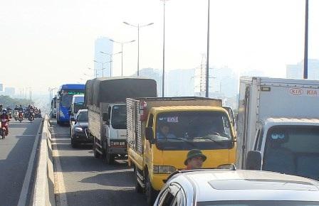Giao thông trên cầu Sài Gòn ùn ứ cả buổi sáng