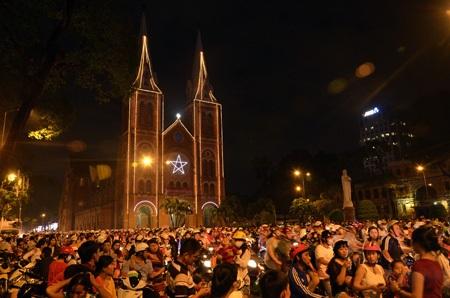 Dòng người kẹt cứng trước Nhà Thờ Đức Bà (ảnh chụp lúc 0h 7' ngày 25/12)