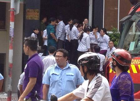 Hàng chục nhân viên hốt hoảng tháo chạy ra ngoài