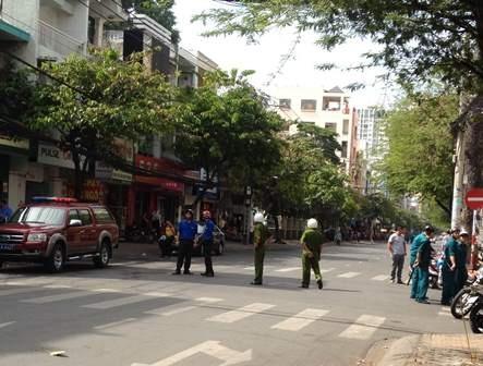 Đường Nguyễn Trãi bị phong tỏa để phục vụ công tác chữa cháy.