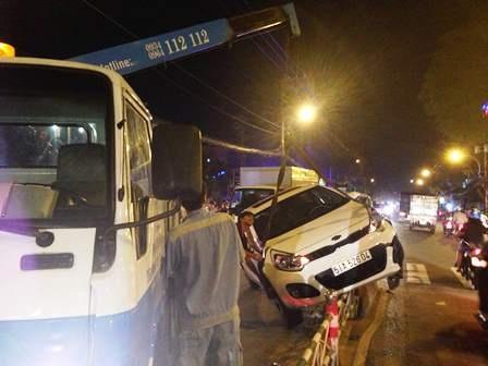 Xe cẩu được điều đến hiện trường để kéo chiếc xe gặp nạn đi.