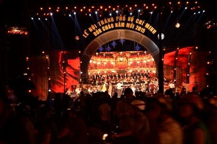 Chương trình ca nhạc chào đón năm mới 2015 tại công viên 23/9 thu hút rất đông người dân