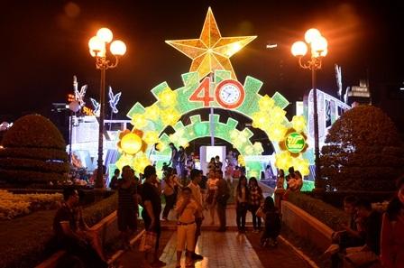 Người dân thành phố bắt đầu đổ về các địa điểm để chụp hình, chào đón năm mới