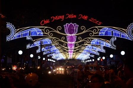 Các tuyến đường ở trung tâm thành phố được trang hoàng đèn hoa rực rỡ