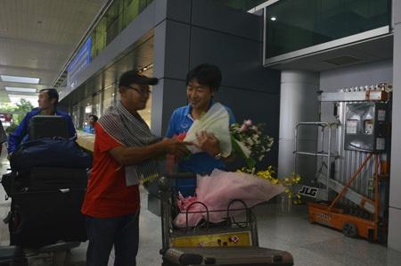 Cổ động viên lớn tuổi tặng hoa choHLV Toshiya Miura