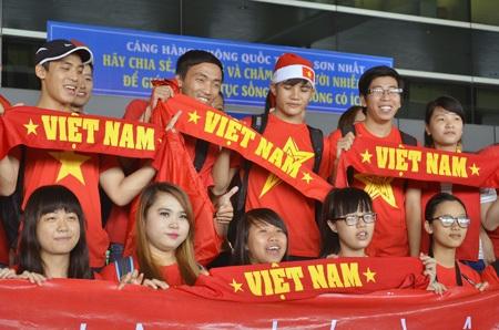 Người hâm mộ chào đón đội tuyển Việt Nam tại sân bay Tân Sơn Nhất