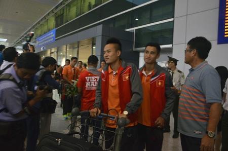 Các cầu thủ vừa đáp chuyến bay xuống sân bay Tân Sơn Nhất