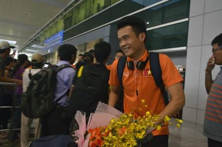 Hoàng Thịnh tươi cười bước ra sân bay