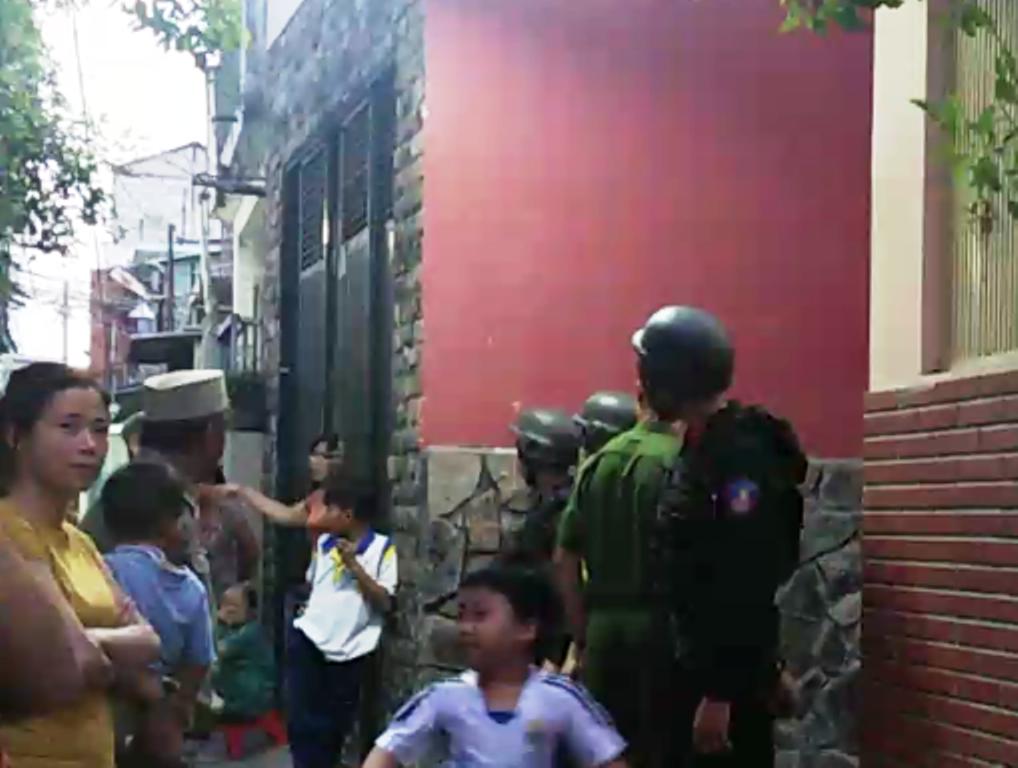 Lực lượng chức năng bao vây con hẻm 82 Đinh Bộ Lĩnh