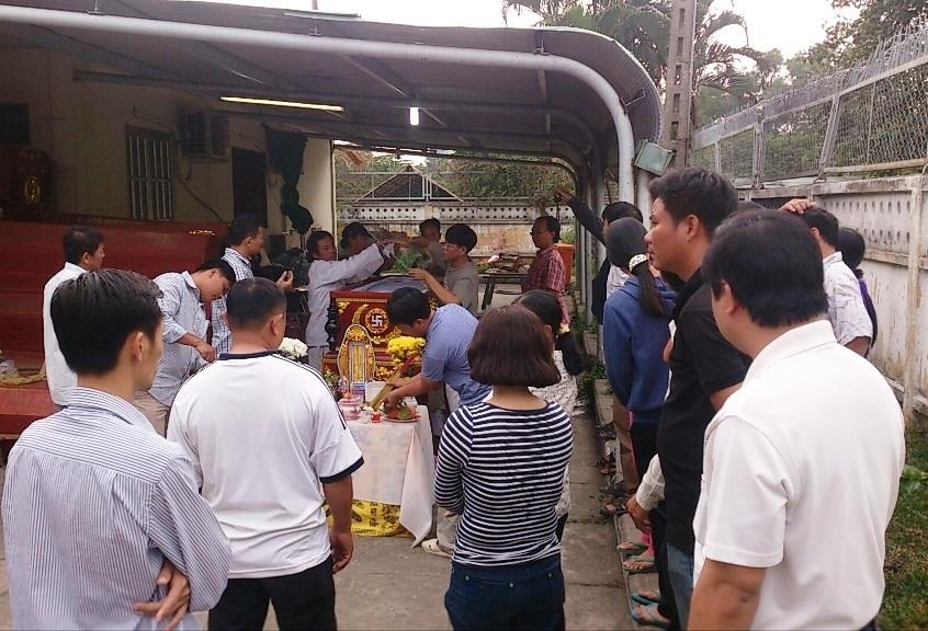 Người thân của cháu Trần Thế Anh đang làm thủ tục đưa thi thể cháu về quê Thanh Hóa để an táng