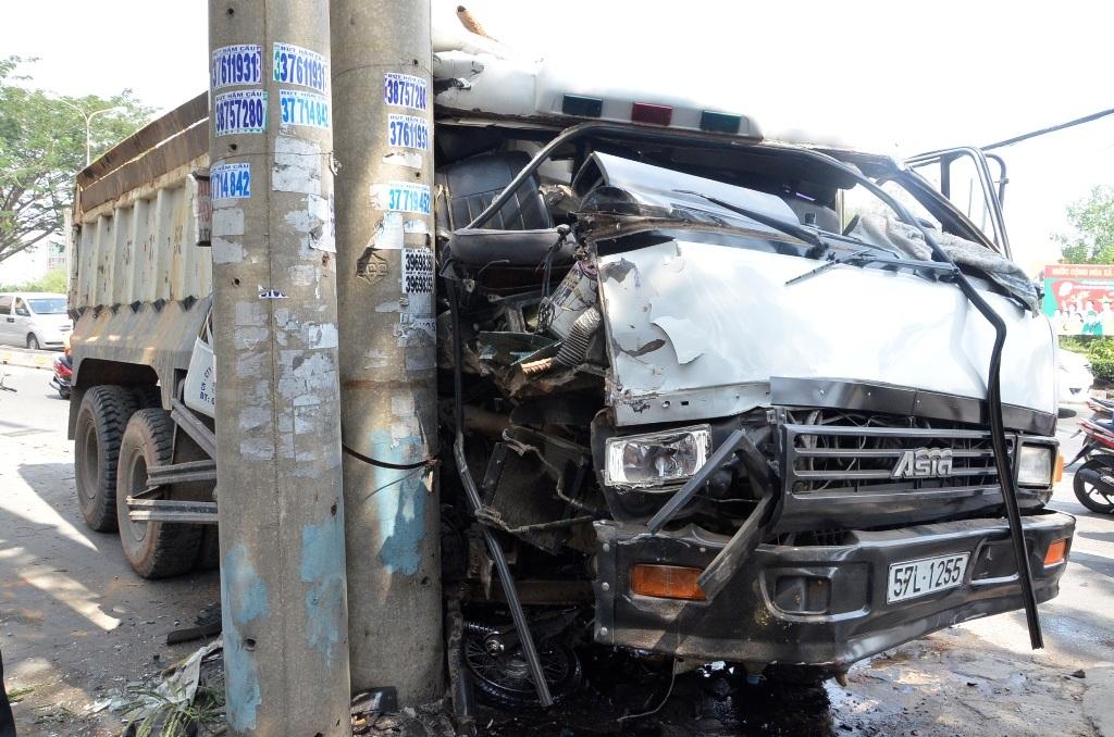 Chiếc xe ben găm đầu vào trụ điện tránh gây thảm họa