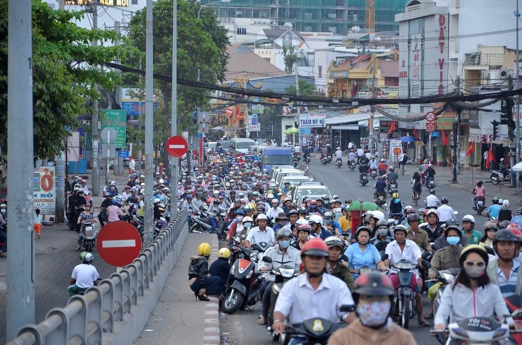 Dòng xe nối đuôi nhau trên đường Phạm Hùng trong sáng nay