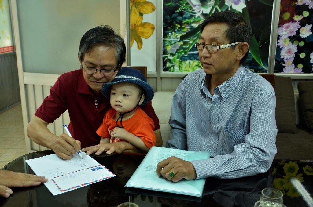 Ông Liêm ký xác nhận đã để nhận lại bé Bo