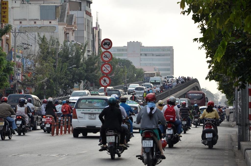 Cầu vượt Hoàng Hoa Thám cũng đông xe