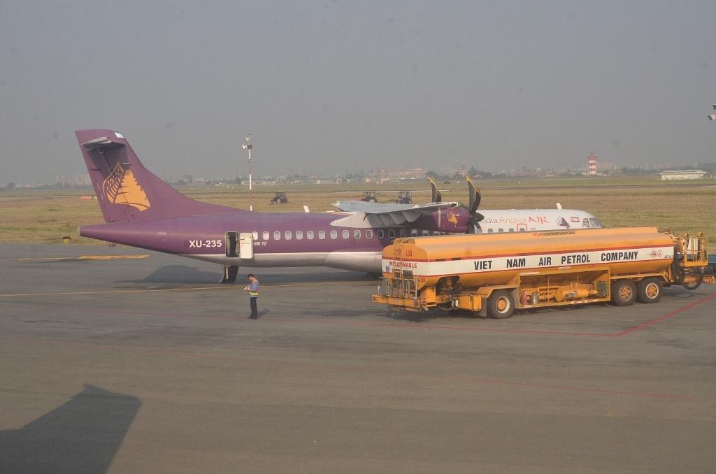 Tiếp xăng cho máy bay tại sân bay Tân Sơn Nhất (Ảnh minh họa: Đình Thảo)