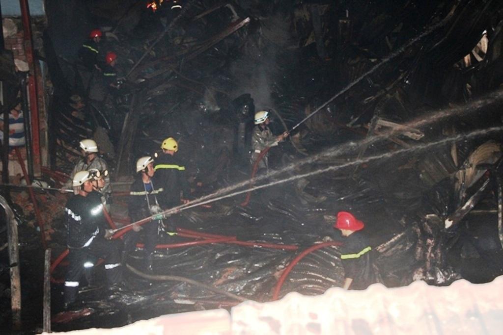 Các công ty lân cận hốt hoảng di chuyển tài sản ra ngoài để tránh bị cháy lan