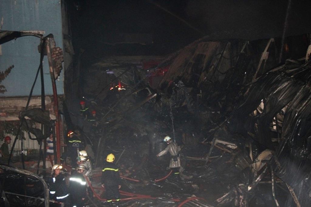 Toàn bộ nhà xưởng đổ sập
