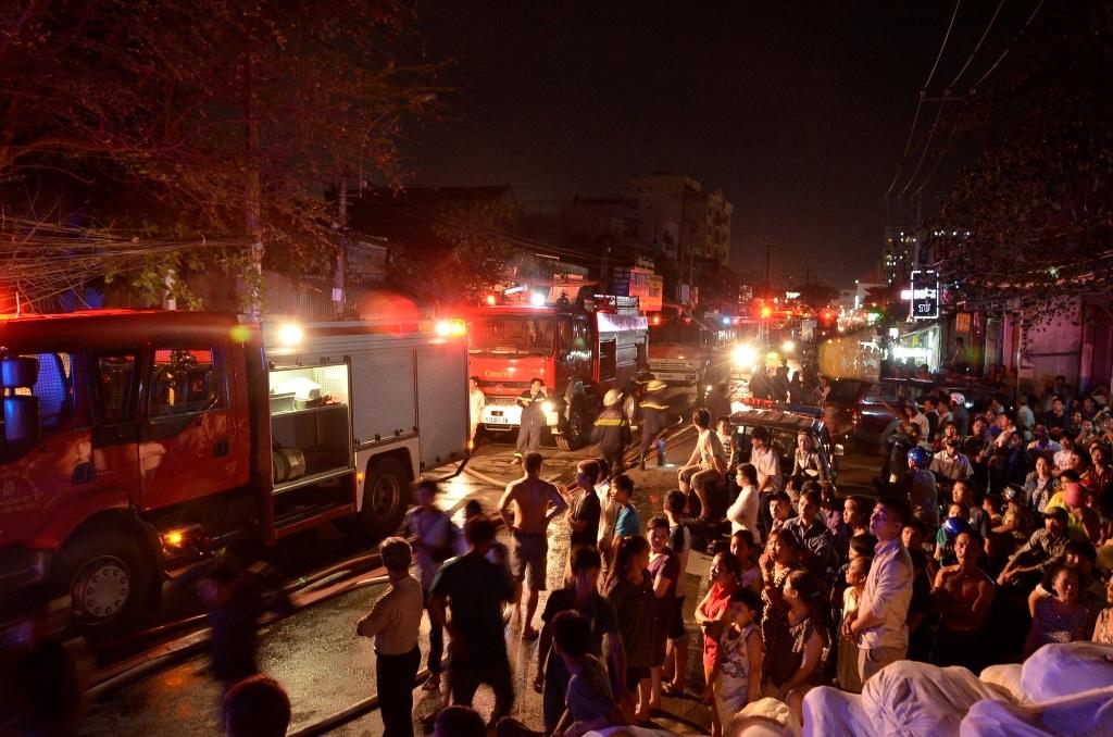 Vụ cháy khiến cả khu dân cư náo loạn.