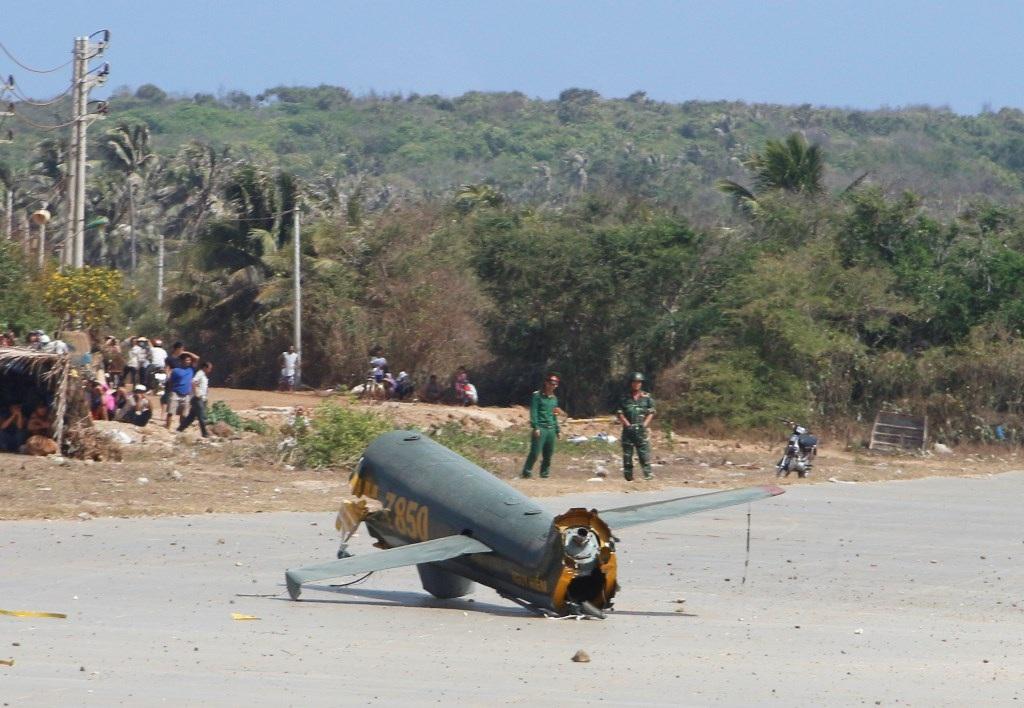Phần đuôi của chiếc trực thăng gãy rơi ra xa.
