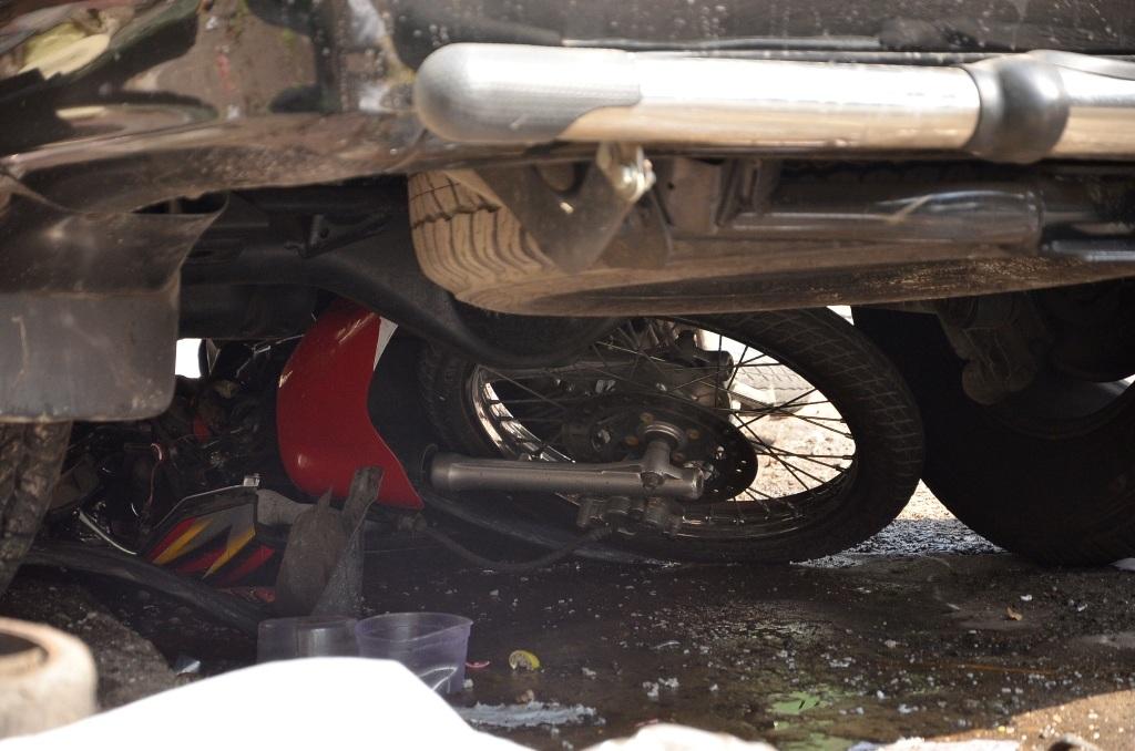 Chiếc xe gắn máy cùng nạn nhân bị cuốn vào gầm ô tô