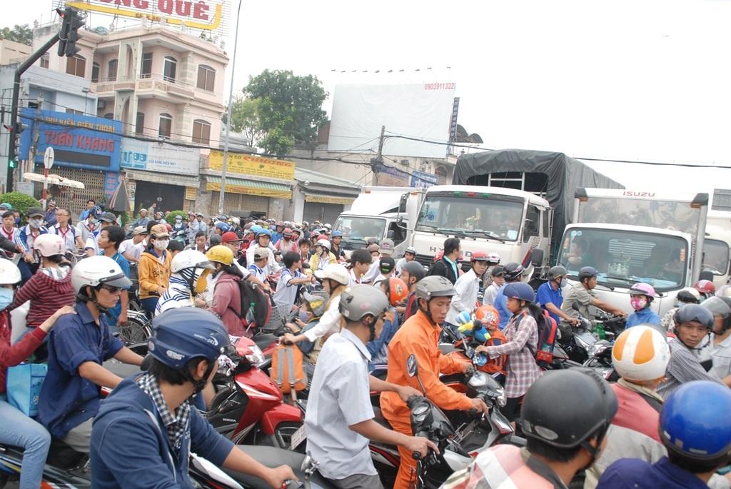 Các phương tiện lưu thông hỗn loạn quanh khu vực xảy ra tai nạn.