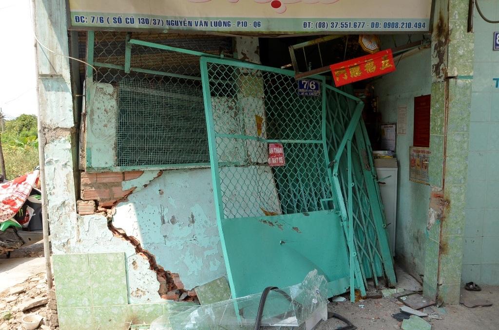 Một phần nhà dân bị hư hỏng, rất may không có người ở bên trong
