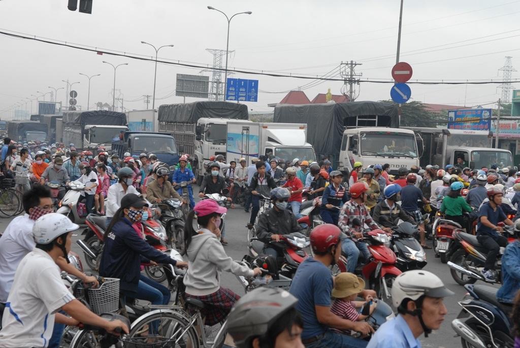 Hàng ngàn phương tiện xếp hàng dài nhích từng chút trên quốc lộ 1A.