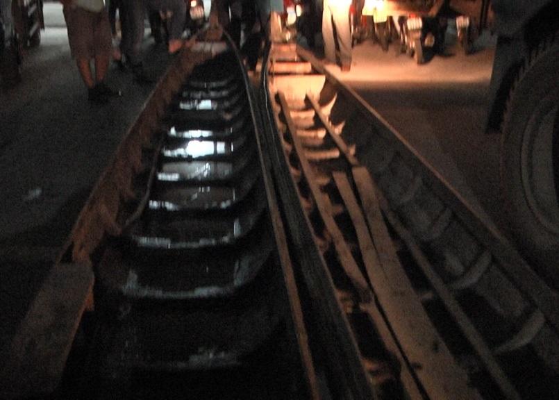 2 chiếc ghe tang vật bị các đối tượng đánh chìm được công an vớt lên