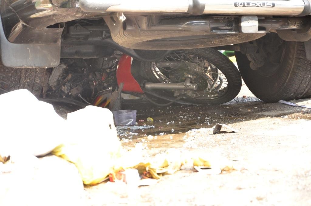 Một chiếc xe máy của nạn nhân bị cuốn vào gầm ô tô