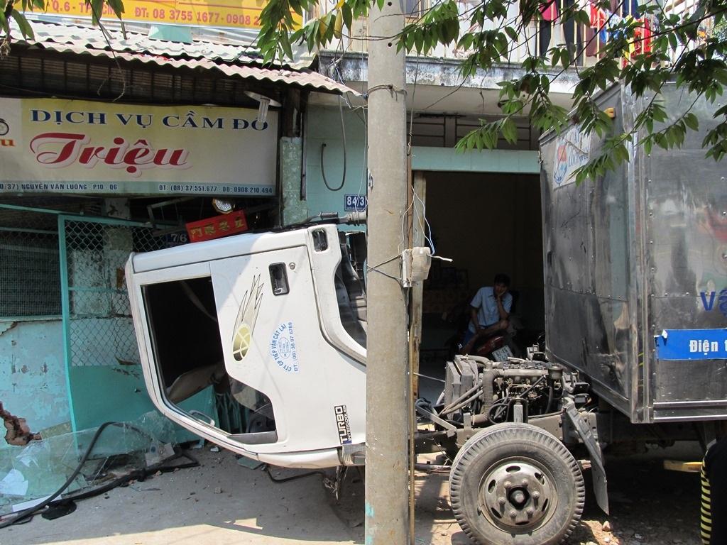Cabin xe đổ về phía trước dẫn đến sự cố