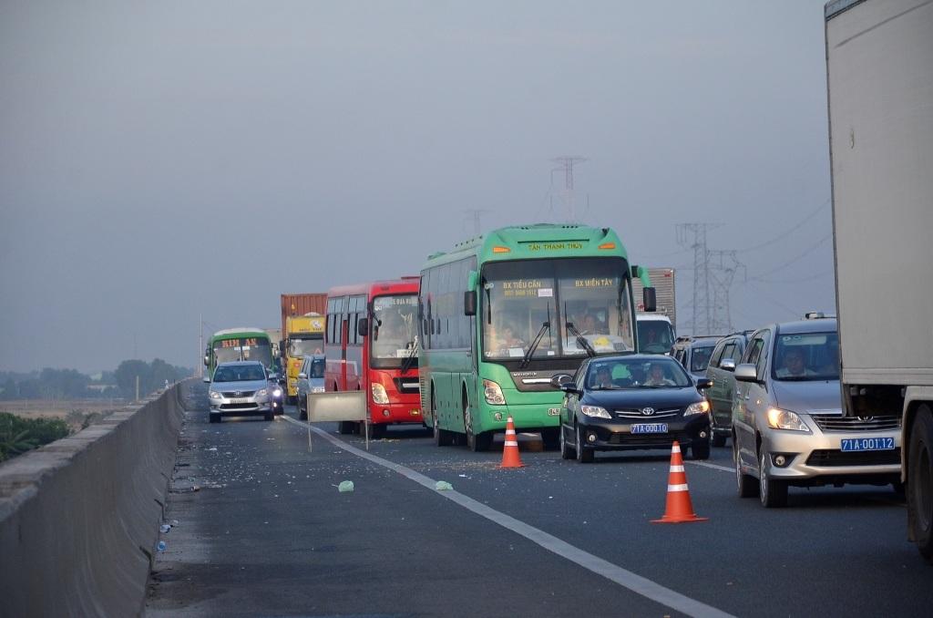 Các phương tiện ùn ứ kéo dài trên cao tốc
