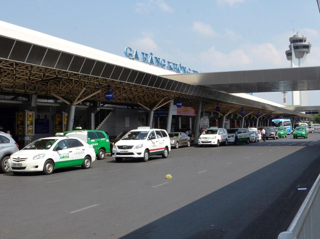 Nhiều hãng taxi từ chối vận chuyển khách trong sân bay quốc tế Tân Sơn Nhất
