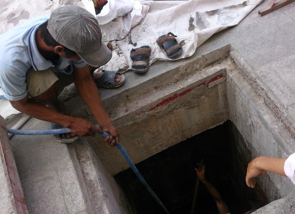 Cống thoát nước sâu hơn 3 mét không được đậy nắp khiến anh Thành rơi xuống.