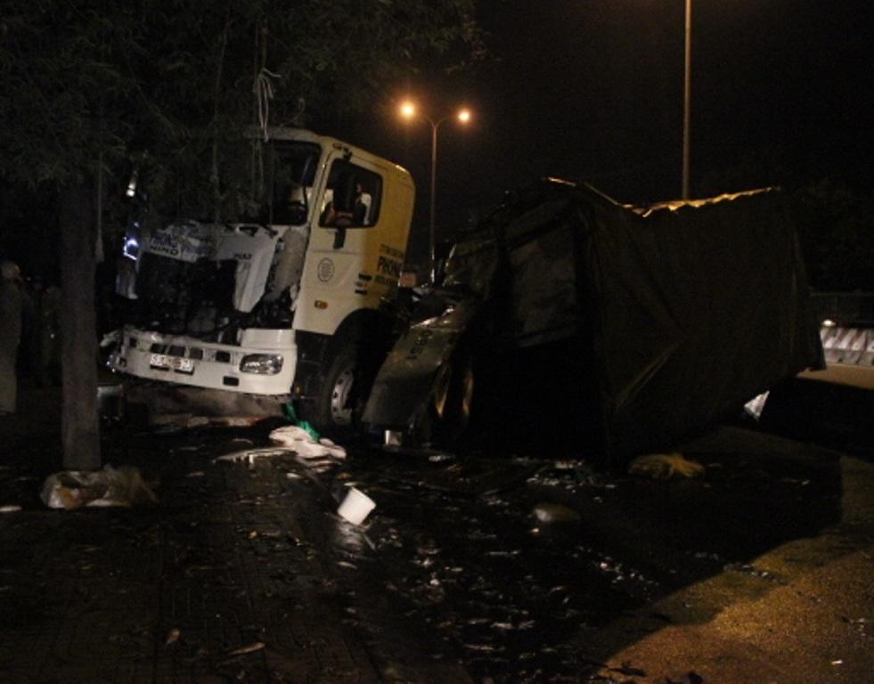 Chiếc xe tải bị lật ngang giữa đường