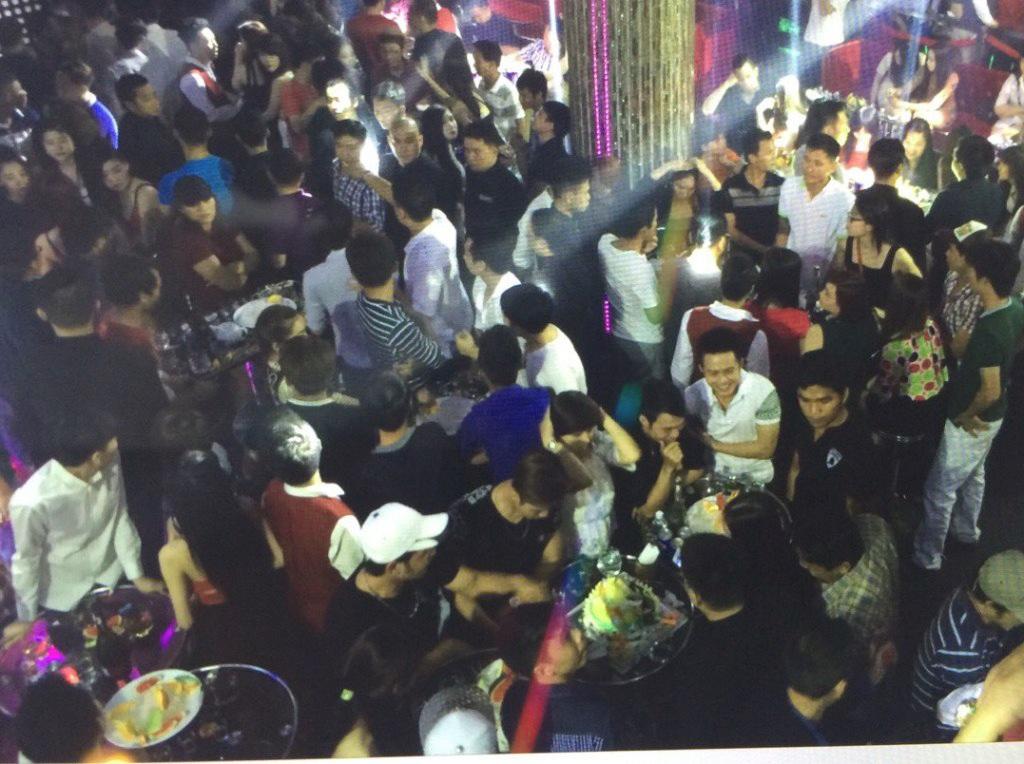 Đến rạng sáng nhưng bên trong bar Club Số 5 vẫn đông nghẹt người tụ tập vui chơi