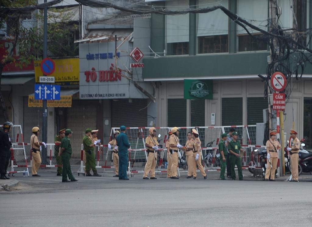 Lực lượng chức năng chốt chặn ở các giao lộ nhằm cấm phương tiện di chuyển vào khu vực trung tâm